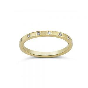 טבעת זהב משובצת יהלומים על ההיקף